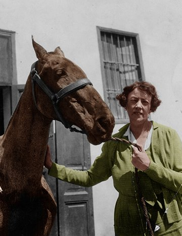 Dorothy Brooke with war horse in Cairo